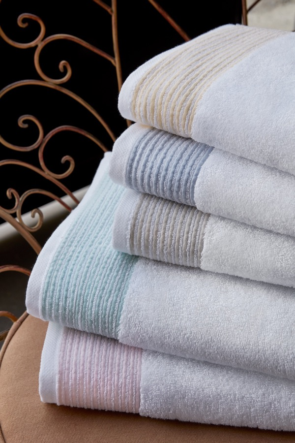 Soft Cotton Uterák MOLLIS 50x100 cm. Rada uterákov MOLLIS má skvelé užitočné vlastnosti: výborne saje vlhkosť, rýchlo schne, je jemný a na pokožku pôsobí upokojujúco. Béžová