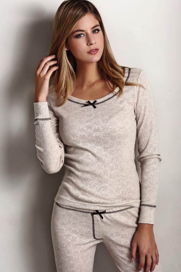Luisa Moretti Dámske pyžamo ELISA. Mimoriadne príjemné, z kvalitného materiálu, šetrné k pokožke - také je dámske pyžamo ELISA. Dlhé rukávy aj nohavice sú zakončené pohodlným úpletom. Prírodná L