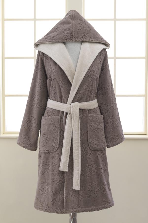 Soft Cotton Dámsky krátky župan LEAF s kapucňou. Hnedý dámsky župan LEAF si môžete zaobstarať vo veľkosť S, M a L. Je hrejivý, výborne saje vlhkosť a zahalí celú vašu postavu, lebo má kapucňu a je vyrobený zo 100% česanej bavlny. Hnedá S