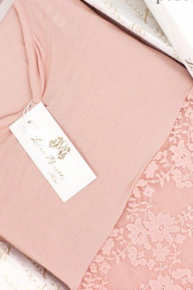Luisa Moretti Dámske pyžamo bambusové PATRICIA. Dámske pyžamo PATRICIA šité z príjemného bambusového vlákna poskytuje neodolateľný pôžitok zmyslov. Vďaka antibakteriálnym vlastnostiam sú výrobky z tohto vlákna vhodné tiež pre alergikov. M Ružová