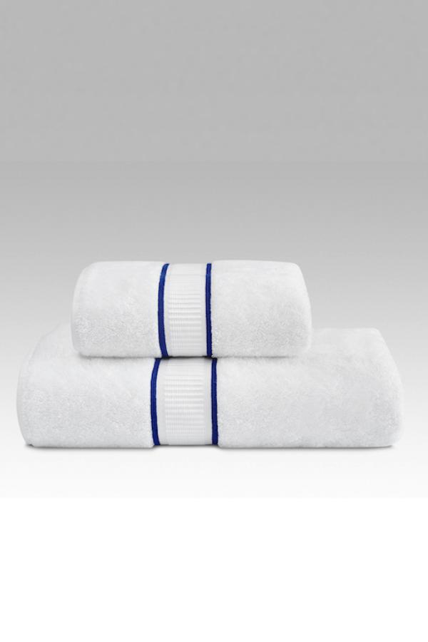 Soft Cotton Uterák PREMIUM 55x100 cm. Rada uterákov PREMIUM má skvelé užitočné vlastnosti: výborne saje vlhkosť, rýchlo schne, je jemný a na pokožku pôsobí upokojujúco. Biela / modrá výšivka